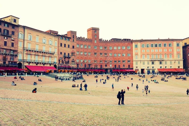SIENA ITALIA - 10 de mayo de 2018: los turistas gozan de Piazza del Campo fotografía de archivo libre de regalías