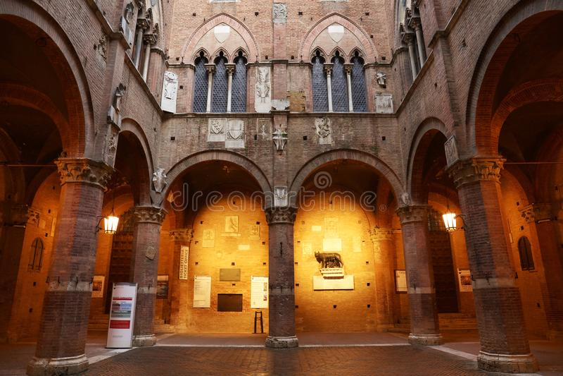 SIENA ITALIA - 10 de mayo de 2018: Palazzo Pubblico y Mangia se elevan en el centro histórico de Siena imagen de archivo libre de regalías