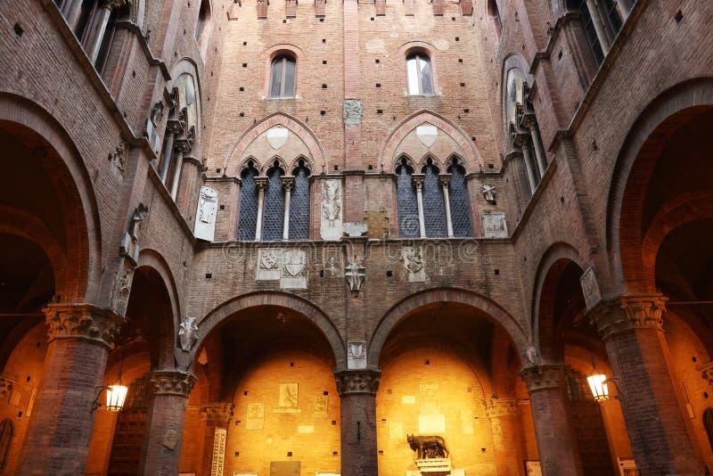 SIENA ITALIA - 10 de mayo de 2018: Palazzo Pubblico y Mangia se elevan en el centro histórico de Siena fotos de archivo libres de regalías