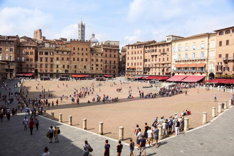 SIENA, ITALIA 10 LUGLIO 2018: Panorama del quadrato di Piazza del Campo Campo, di Palazzo Publico e di Torre del Mangia Mangia immagine stock
