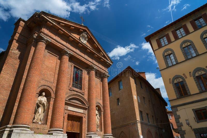 """SIENA ITALIEN †""""MAJ 25, 2017: Härlig vårcityscape Kyrka av helgonet Christopher San Cristoforo arkivbilder"""