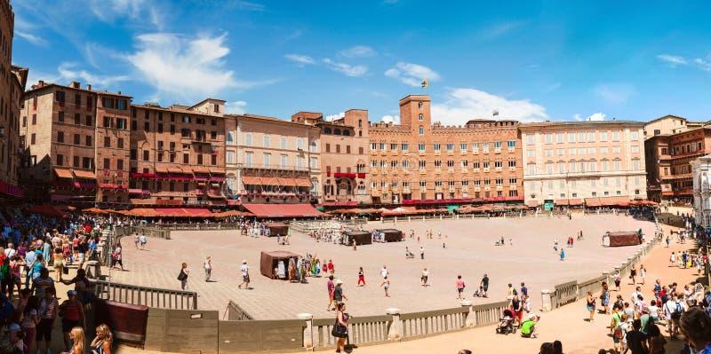 Siena Italien - Augusti, 2013: Plaza del Campo Förbereda sig för den årliga konkurrensen royaltyfri fotografi