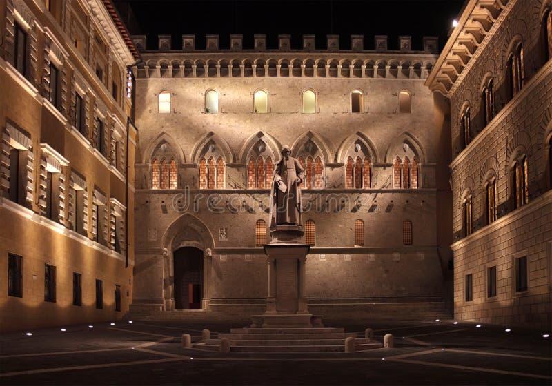 Siena por noche fotos de archivo