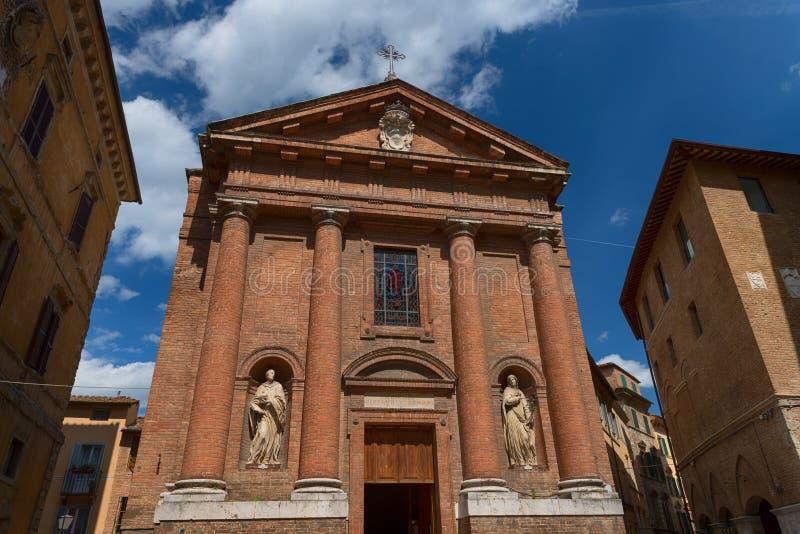 SIENA, WŁOCHY †'MAJ 25, 2017: Piękny wiosna pejzaż miejski Kościół święty Christopher San Cristoforo obrazy royalty free