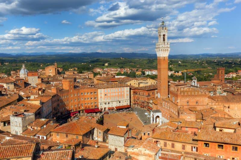 Siena, Włochy dachu miasto panorama Mangia wierza, włoszczyzna Torre Del Mangia obraz stock