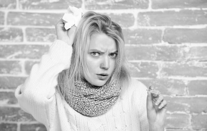 Siendo febril Mujer enferma que sostiene el term?metro de la fiebre El llegar a ser mal con fr?o o gripe Cuerpo de medici?n de la imágenes de archivo libres de regalías