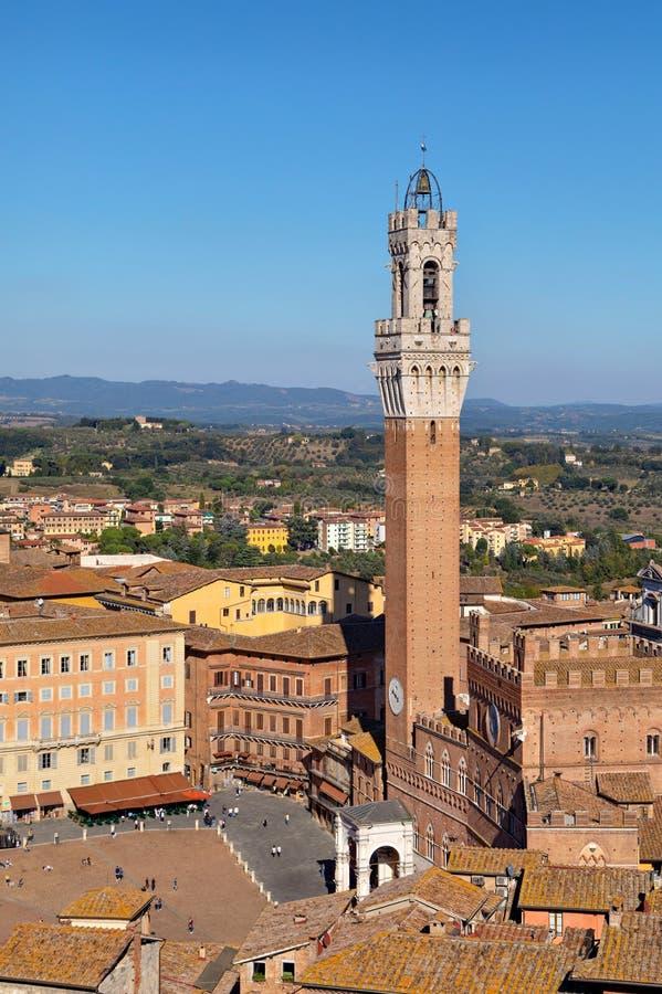 Sienne, Italie Torre del Mangia - tour de cloche célèbre située sur la place première de la ville photographie stock