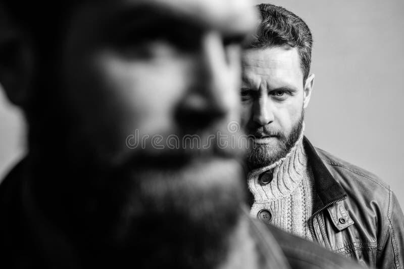 Sienta la ayuda del amigo real Soporte barbudo del individuo del hombre detr?s de la parte posterior del inconformista del amigo  foto de archivo