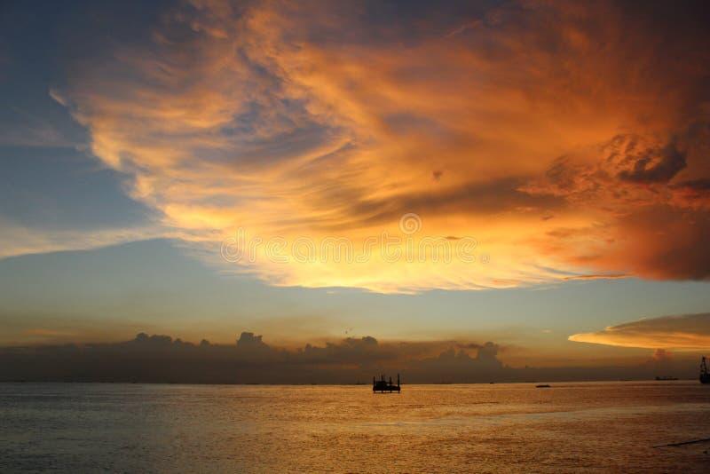 Sienta la belleza de la puesta del sol imagenes de archivo