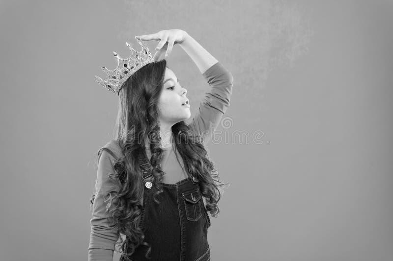 Siente como reina El ni?o lleva el s?mbolo de oro de la corona de la princesa Cada muchacha que sue?a para hacer princesa Peque?a fotos de archivo libres de regalías