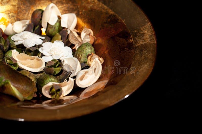 Sier geurig welriekend mengsel van gedroogde bloemen en kruiden in decoratieve bladgoudkom Huis stock foto's