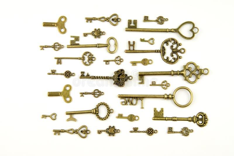 Sier middeleeuwse uitstekende sleutels met ingewikkeld die smeedstuk, uit elementen fleur-DE-lis worden samengesteld, victorian b royalty-vrije stock foto