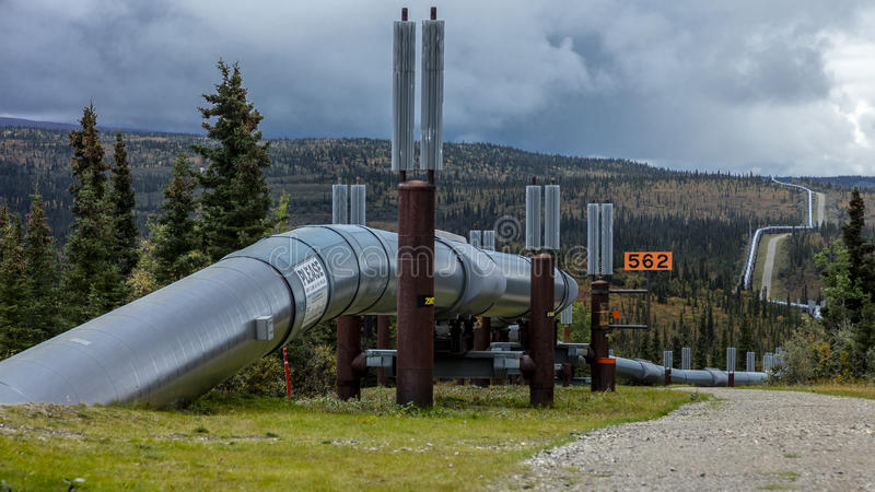 Sierpień 26, 2016: Alaska rurociąg rusza się ropę naftową od Prudhoe Bay lodowy bezpłatny port Valdez, Alaska obrazy royalty free