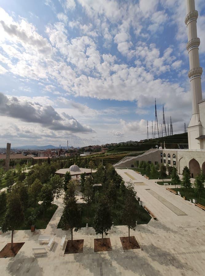 04 Sierpień 19 CAMLICA MECZETOWY podwórzowy widok w Istanbuł, Turcja Camlica meczet jest Turcja du?ym meczetem obraz royalty free