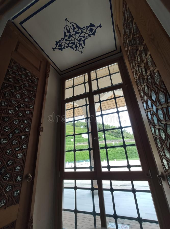 04 Sierpień 19 CAMLICA MECZETOWY podwórzowy widok w Istanbuł, Turcja Camlica meczet jest Turcja du?ym meczetem fotografia stock