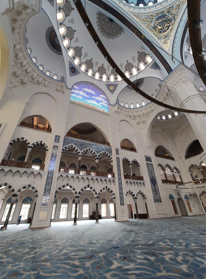 04 Sierpień 19 CAMLICA MECZETOWY podwórzowy widok w Istanbuł, Turcja Camlica meczet jest Turcja du?ym meczetem zdjęcia stock