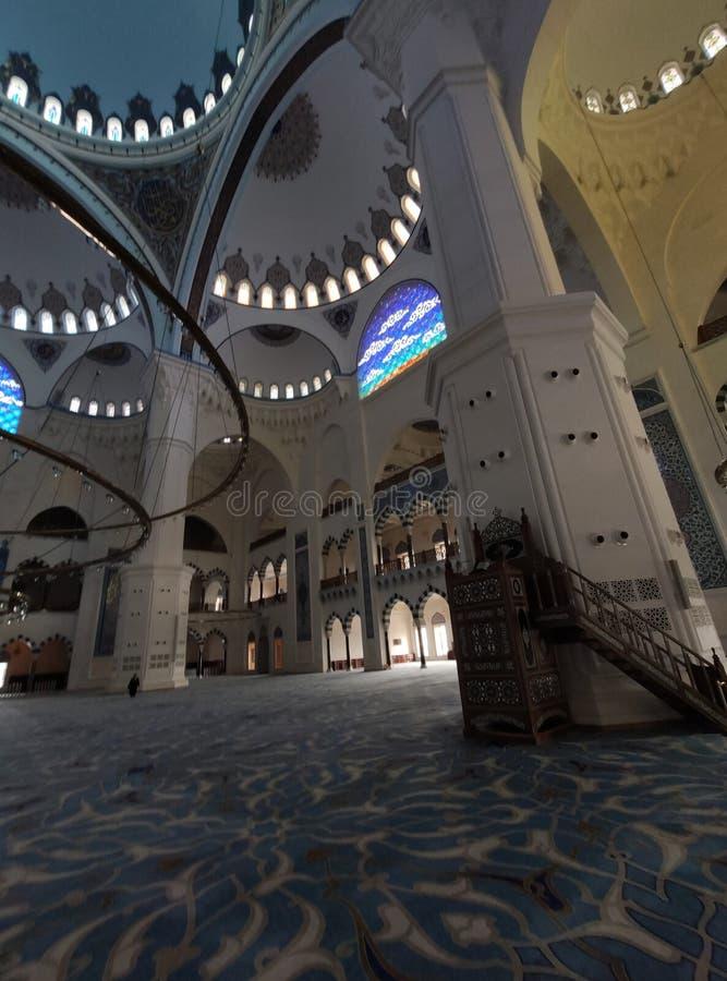 04 Sierpień 19 CAMLICA MECZETOWY podwórzowy widok w Istanbuł, Turcja Camlica meczet jest Turcja du?ym meczetem obraz stock