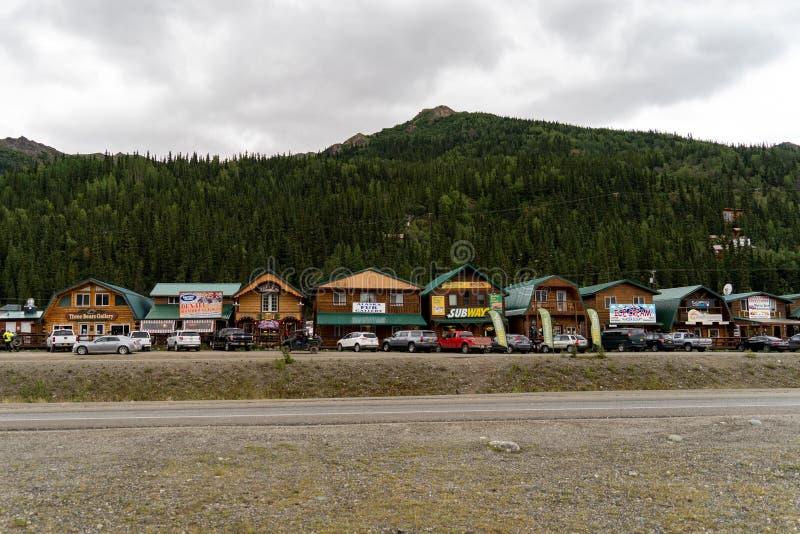 SIERPIEŃ 12 2018 - DENALI park narodowy, ALASKA: Widok sklepy i turystyczni oklepowie na zewnątrz Denali parka narodowego błyskot zdjęcia stock