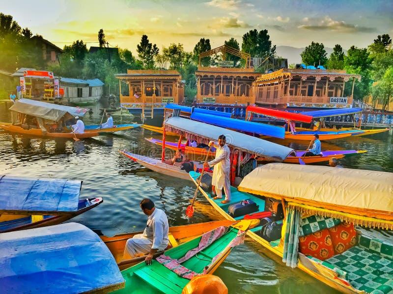 Sierpień 18, 2016 Jammu i Kaszmir, India Shikara łódkowaci handlowowie i łódkowaci domy na floting rynku na Dal jeziorze Kaszmir, zdjęcie stock