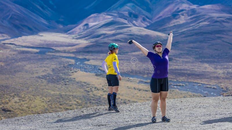 Sierpień 27, 2016 - kobiety góra jechać na rowerze i rozciąga przy Polichromowałam przepustką, Denali park narodowy, wnętrze, Ala zdjęcie royalty free