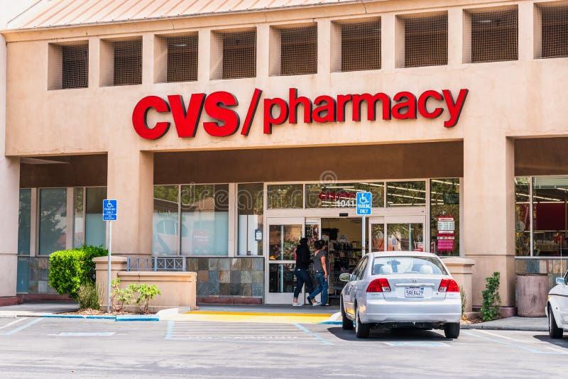 Sierpień 5, 2019 Mountain View, CA, usa/- Zaludnia robić zakupy przy CVS, apteką/; CVS apteka jest filią amerykanina handel detal zdjęcie stock