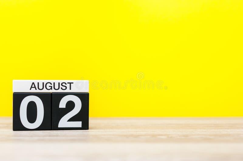 Sierpień 2nd Wizerunek august 2, kalendarz na żółtym tle młodzi dorośli Z pustą przestrzenią dla teksta obrazy stock
