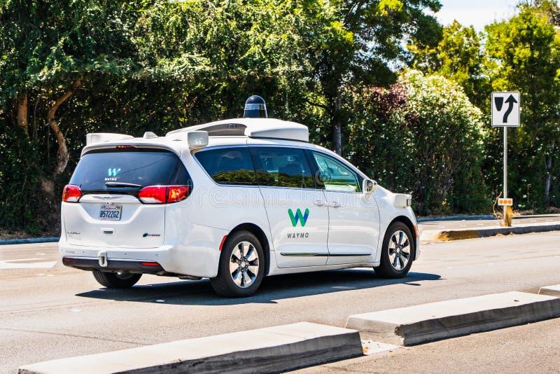 Sierpień 8, 2019 Palo Alto, CA, usa/- Waymo jaźni spełniania napędowi samochodowi testy na ulicie w Krzemowa Dolina; Waymo, filia fotografia stock