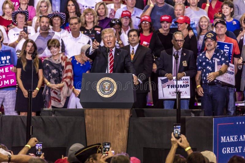 SIERPIEŃ 22, 2017, PHOENIX, AZ U S Prezydent Donald J Atut mówi tłum zwolennicy przy Tłum, prezydent zdjęcia stock