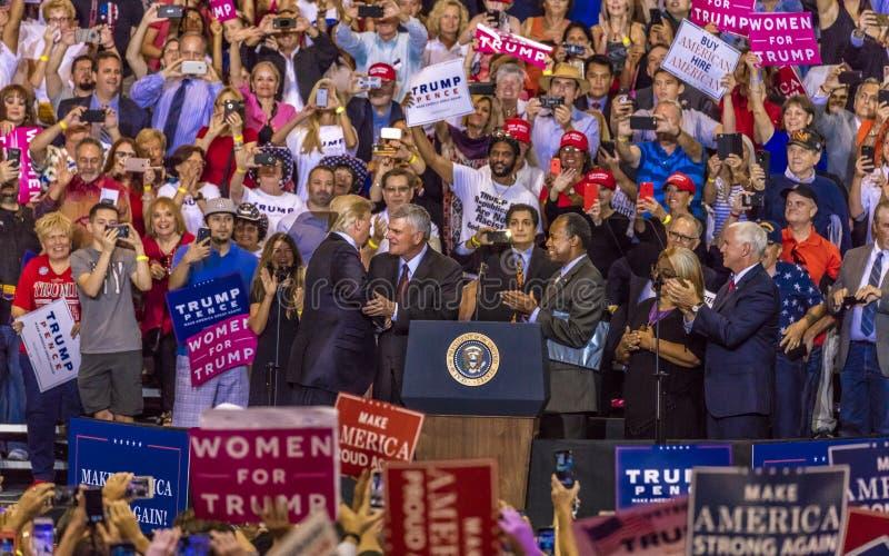 SIERPIEŃ 22, 2017 prezydenta Mike pens przy prezydentem - prezydenta Donald atut trząść ręki z rozpustą - Tłum, zwolennicy zdjęcia royalty free