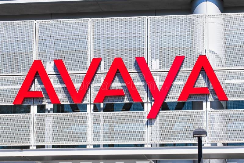 Sierpień 1, 2019 Santa Clara, CA, usa/- Avaya znak wystawiający przy ich HQ w Krzemowa Dolina; Avaya Inc jest amerykaninem obraz stock