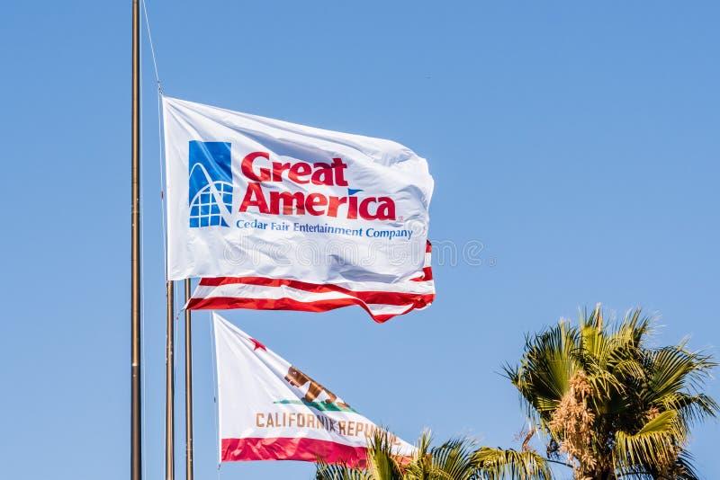 Sierpień 1, 2019 Santa Clara, parka rozrywkiego flagi Wielki falowanie w wiatrze/CA, usa/- Kalifornia Ameryka; Południowi San Fra obraz royalty free