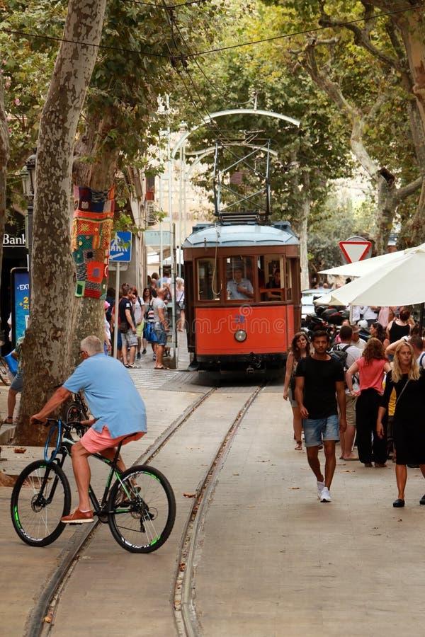 16 Sierpień 2016 , Soller, Palma de Mallorca, Dziejowy tramwaj przechodzi przez tłumu ludzie obraz royalty free