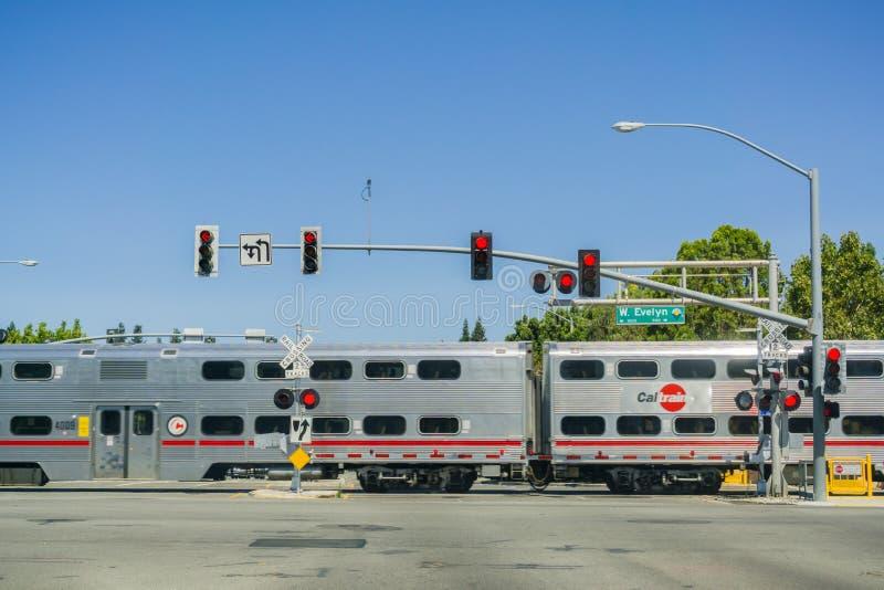 Sierpień 30, 2017 Sunnyvale/CA/USA - Caltrain skrzyżowanie przy ulicznym złączem blisko mieszkaniowego sąsiedztwa w południowym S zdjęcia stock