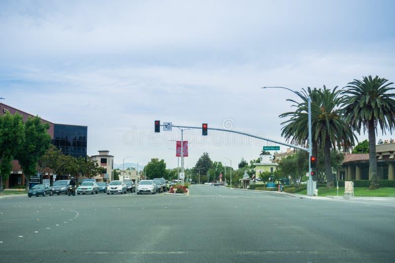 Sierpień 3, 2017 Sunnyvale/CA/USA - Jadący na El Camino realu na chmurnym dniu zdjęcie stock