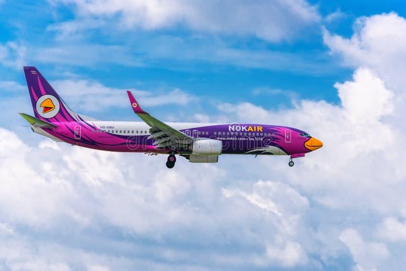 Sierpień 12th, 2018: Pasażerski samolot Boeing 737 Nok powietrza komarnica nad obszarami miejskimi przygotowywa lądować przy Dębn fotografia stock