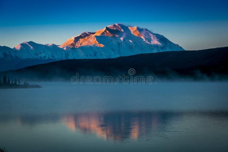 SIERPIEŃ 28, 2016 - Wspina się Denali przy Cud jeziorem, poprzednio znać jako góra McKinley przy wysoki halny szczyt w Północna A fotografia royalty free