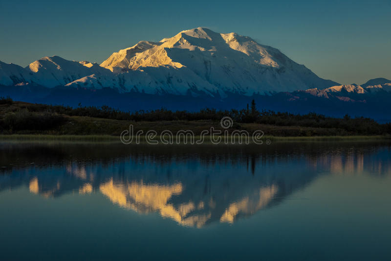 SIERPIEŃ 28, 2016 - Wspina się Denali przy Cud jeziorem, poprzednio znać jako góra McKinley przy wysoki halny szczyt w Północna A obraz royalty free