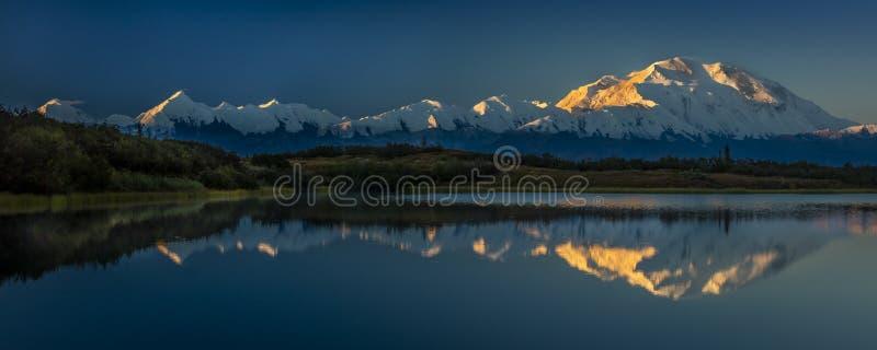 SIERPIEŃ 28, 2016 - Wspina się Denali przy Cud jeziorem, poprzednio znać jako góra McKinley przy wysoki halny szczyt w Północna A zdjęcia stock