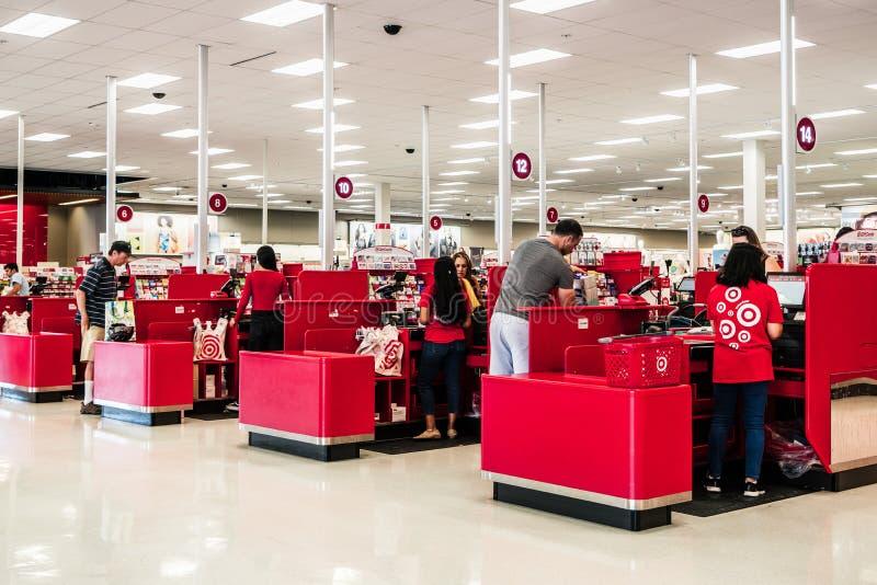 8 sierpnia 2019 r.: Sunnyvale / CA / USA - Obszar rejestrów gotówkowych w sklepie Target w poÅ'udniowym obszarze zatoki San Fran zdjęcia stock