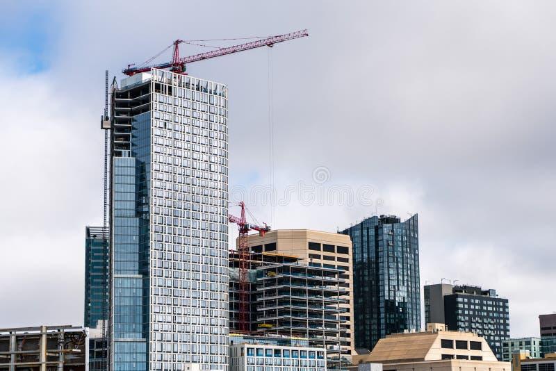 10 sierpnia 2019 r. w San Francisco/CA/USA - Skyscrapers w budowie w dystrykcie SoMa fotografia royalty free