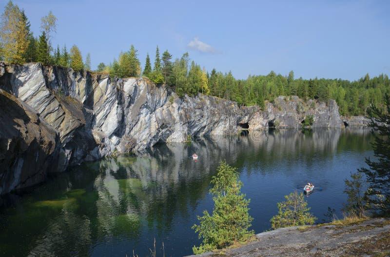 Sierpniowy dzień w marmurowym jarze Karelia fotografia royalty free