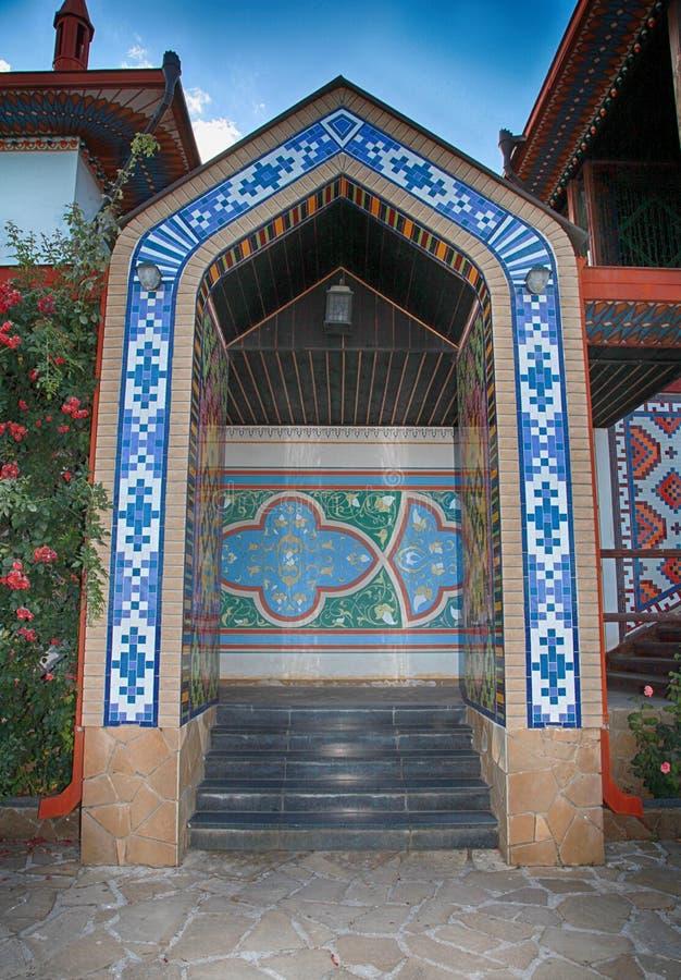 Sierpoort in oud huis met tatar ornamenten royalty-vrije stock afbeeldingen