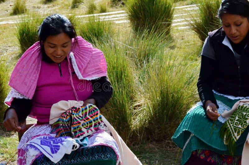 Sierra Chincua, Michoacan, Messico, il 14 gennaio: Le donne indigene cucono i vestiti immagini stock libere da diritti