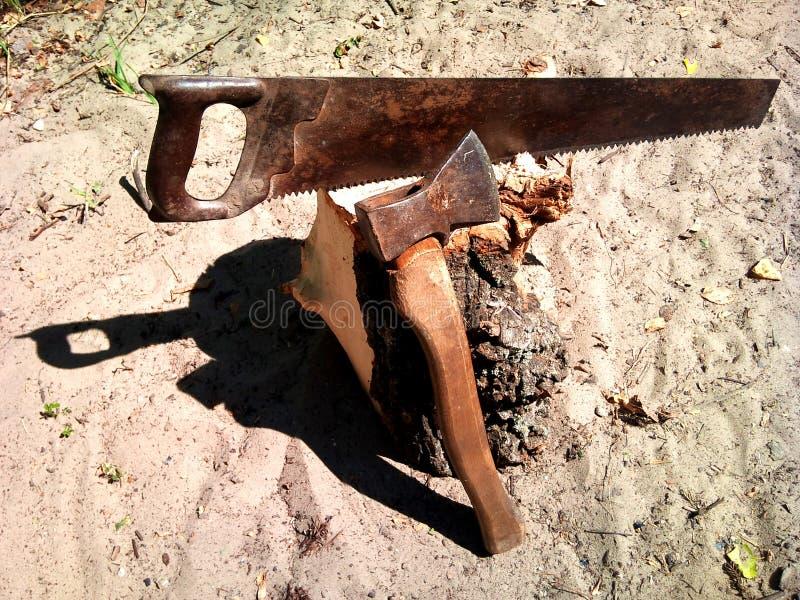 Sierra, destral, tocón, herramientas en verano fotos de archivo