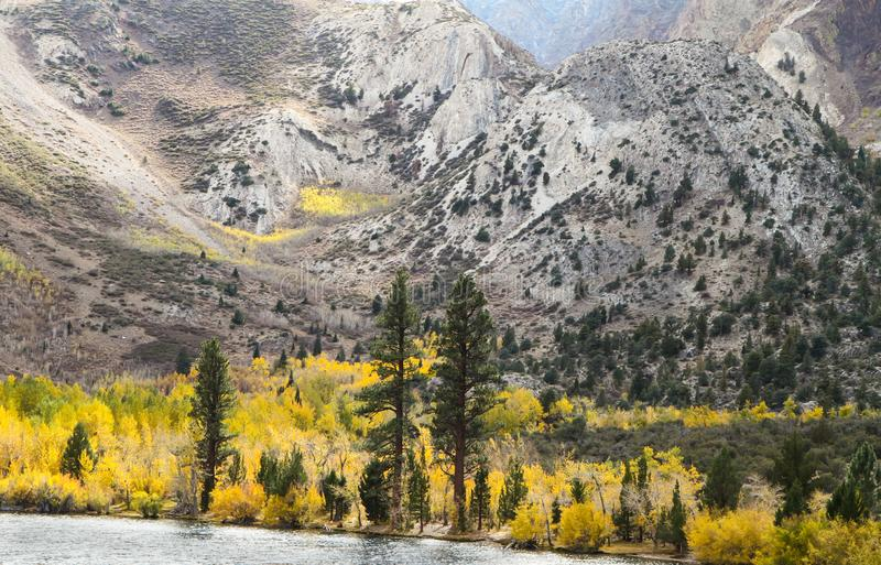 Sierra lago mountains e colori di caduta fotografie stock