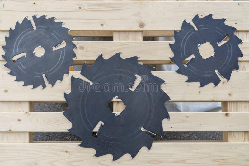 Sierras circulares Hojas de sierra circulares para el trabajo de madera fotografía de archivo libre de regalías