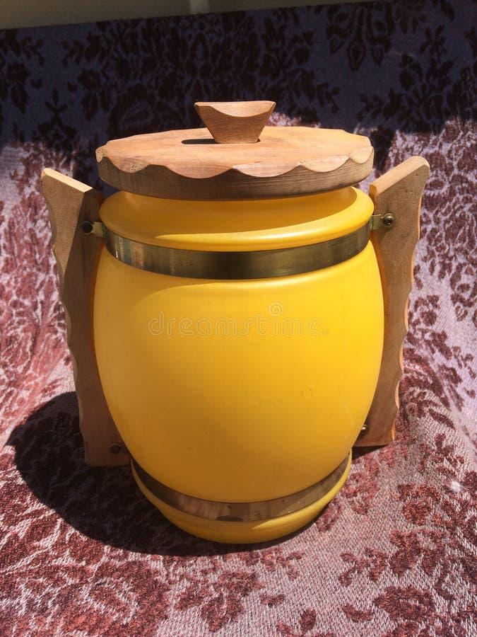 Siesta marrón de madera de la manija del buque de cristal amarillo del tarro de galletas del vintage fotografía de archivo libre de regalías