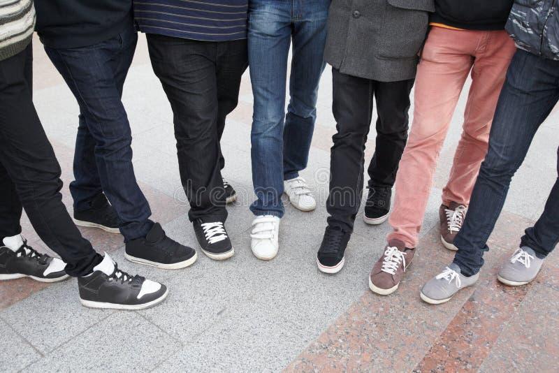 Siete adolescencias que permanecen junto foto de archivo