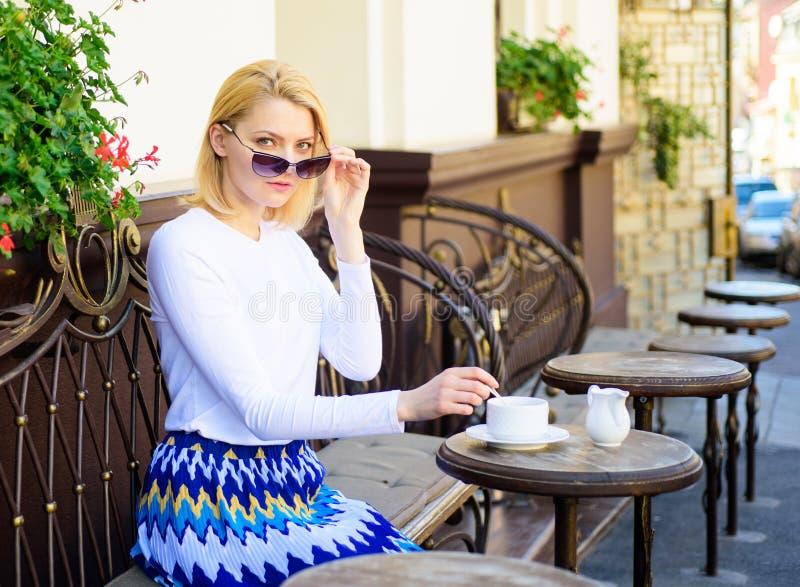 Siete che mi scherzate Fondo urbano del terrazzo del caffè del caffè della bevanda della donna defocused Cameriera di bar aspetta fotografia stock libera da diritti