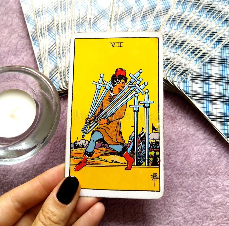7 siete de razón de la lógica de la carta de tarot de las espadas delante del trazado de la flexibilidad de la adaptabilidad de l stock de ilustración